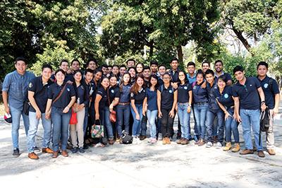 Los alumnos de Ingeniería Industrial contentos por el logro.