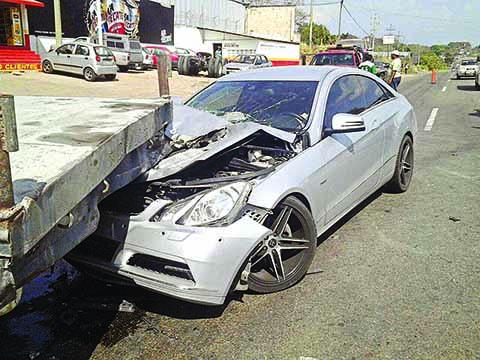 Chocó su Mercedes Benz por Alcance
