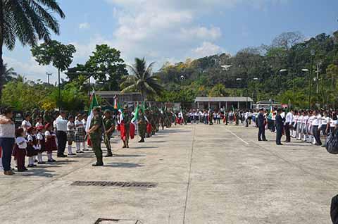 La Secretaría de la Defensa Nacional incineró la bandera e instaló una nueva, que es una de las más grandes del país, y dotó de otras nuevas a diversas instituciones educativas.
