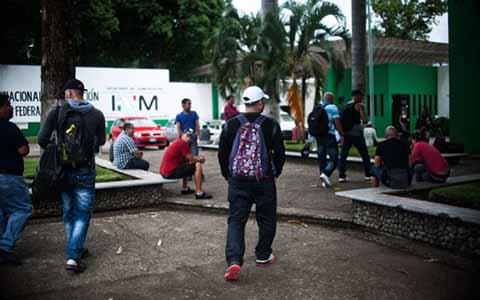 Después de realizar una protesta en la Estación Migratoria Siglo XXI, al enterarse de que serán deportados, algunos cubanos dejaron repentinamente el lugar, desconociéndose su ubicación.