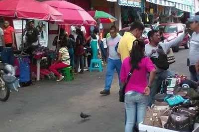 Los vendedores ambulantes se han apoderado nuevamente de las calles y banquetas del primer cuadro de la ciudad, dando un mal aspecto para los turistas, y provocando pérdidas a los comercios establecidos.