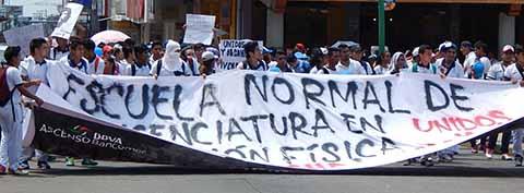 Estudiantes de las escuelas Fray Matías de Córdova y de Educación Física realizan protestas.