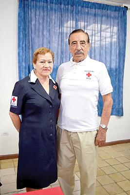 Lupita de Rueda, presidenta del Voluntariado de Damas; Jorge Gutiérrez Franco, presidente del Consejo Directivo de la Cruz Roja Tapachula.