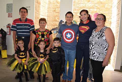 Otto Trujillo, Guadalupe Murillo, Erik Saldaña, Marycruz Trujillo, Laura Trampe, festejando a los cumpleañeros.