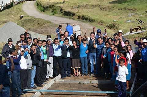 Para beneplácito de los habitantes de La Grandeza, el legislador federal dio el banderazo de la segunda etapa de la obra de pavimentación.
