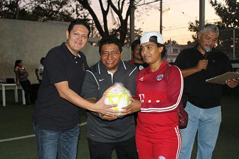 Jugadora recibe reconocimiento de Enrique Zamora Morlet y Luis Alberto Trujillo.