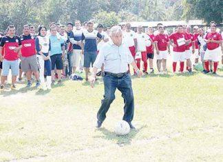 Alejandro López Rodríguez dio la patada inaugural.