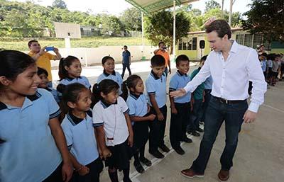 Ratifica el gobernador Manuel Velasco su compromiso por la educación de las niñas, niños y jóvenes chiapanecos, con más obras de infraestructura educativa que abonan a mejorar la educación en la entidad.