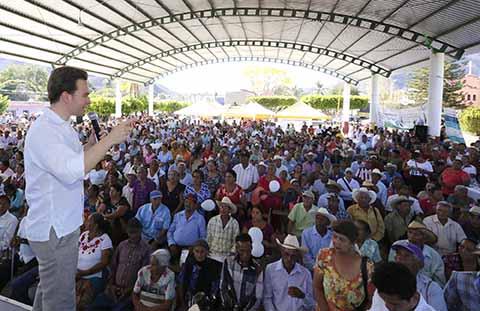 En gira de trabajo, el mandatario estatal hizo entrega de apoyos económicos a cerca de 10 mil abuelitas y abuelitos en los municipios de Villaflores y Villa Corzo.