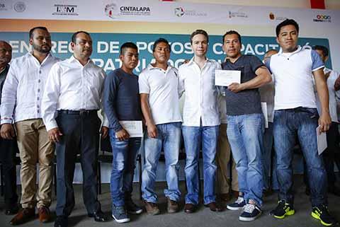 El gobernador Manuel Velasco Coello, puso en marcha el programa de capacitación laboral para repatriados chiapanecos, con el que recibirán herramientas de trabajo, cursos, asesoría jurídica y apoyos para su pasaje de regreso a casa.