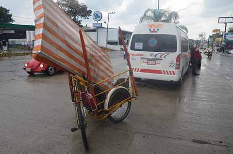 Un Herido en Choque de Combi Foránea y Triciclo