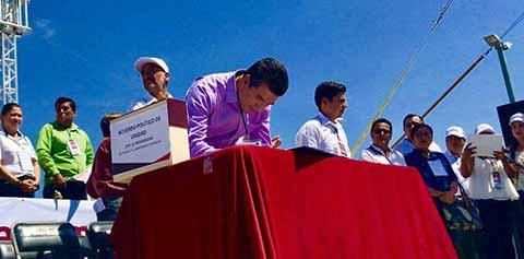El líder de MORENA, Andrés Manuel López Obrador, firmó el Acuerdo Político de Unidad por la Prosperidad de la Nación y el Renacimiento de México en Chiapas, con el que busca sacar al pueblo de la pobreza, la marginación, el miedo, la incertidumbre, y la decadencia que padece.