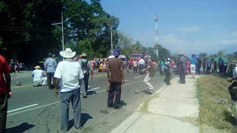 Acusan al alcalde Juan Carlos Orellana García y regidores de firmar minutas de acuerdos que no cumplen. Reclaman la entrega de insumos para el campo.