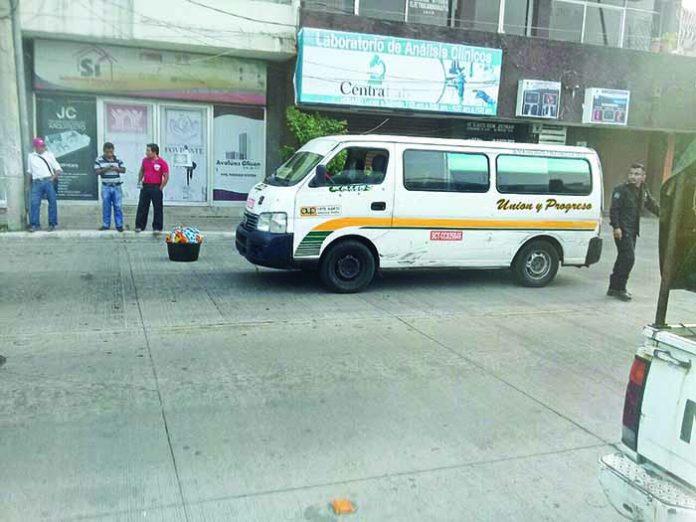 Rebasó por la Derecha y Dañó un Taxi