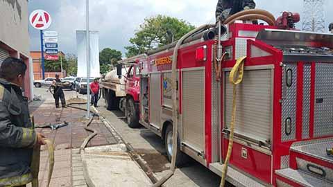 Bomberos Apagan Incendio en una Bodega