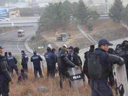 Indígenas que protestaban por la disputa de la presidencia de Chenalhó fueron desalojados por policías estatales en la carretera San Cristóbal de Las Casas-Tuxtla Gutiérrez.