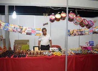 Juguetes artesanales y accesorios de madera de Campeche, atendido por Raymundo Sánchez.