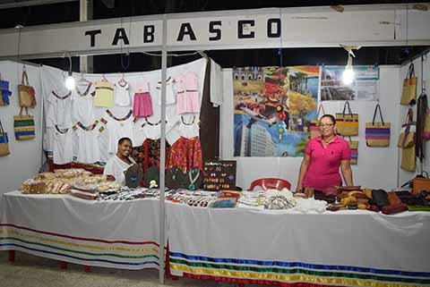 Desde Tabasco artículos de piel, blusas con la tira bordada tradicional del estado, joyería en jícara, y accesorios en piedras semipreciosas, atendido por Claudia Vázquez y Adeghi Hernández.