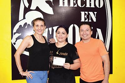 Carmen Ayala y Braulio Argueta premiando a la ganadora Carmen Chacón.