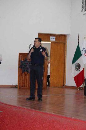 Comisario Doctor Miguel Ángel Martínez, Director de Proximidad Vinculación e Inteligencia Social de la División de Gendarmería de la Policía Federal, dio la primer ponencia.