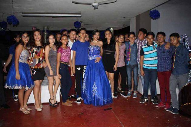 Rodeada de amigos disfrutó una gran noche Daniela González.