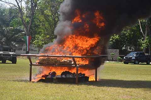Distintas corporaciones policiacas y fuerzas castrenses realizaron la quema de los estupefacientes decomisados en distintas acciones y operativos, consistentes en cocaína y marihuana.