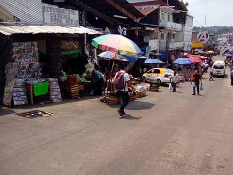 """Comerciantes establecidos del mercado """"Sebastián Escobar"""" exigen el desalojo de los ambulantes que se han apoderado nuevamente de los alrededores de la central de abastos."""