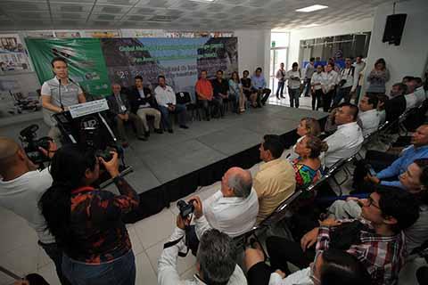 El mandatario estatal supervisó los avances de la obra de la Unidad de Docencia e inauguró la cancha de fútbol 7 profesional certificada. El evento reunió a estudiantes de Brasil, Colombia, Ecuador, España, Estados Unidos, Japón y México.