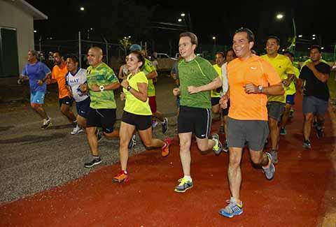 El gobernador Manuel Velasco Coello, acompañado del secretario de Obras Públicas y Comunicaciones en el Estado, Jorge Alberto Betancourt Esponda, de niños y jóvenes corrieron la pista de tartán, que tiene una longitud de mil 200 metros.