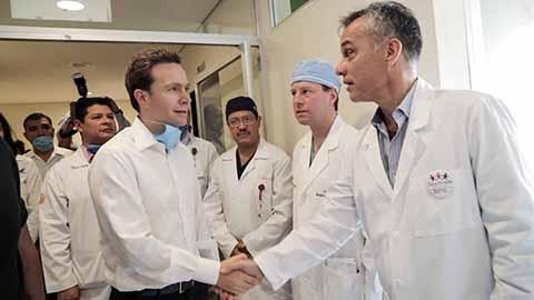 Visita el gobernador Manuel Velasco a niñas y niños beneficiados por la Fundación Heart Care Internacional y el DIF Chiapas. Médicos de Estados Unidos realizan cirugías de corazón.
