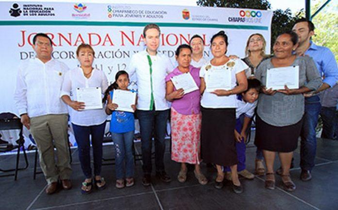 El mandatario estatal entregó certificados a jóvenes y adultos que culminaron sus estudios básicos en el municipio de Berriozábal.