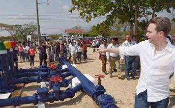 En gira por Arriaga, el gobernador puso en marcha el sistema de agua potable y entregó certificados de estudios a jóvenes y adultos mayores.