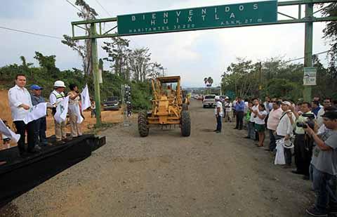 El mandatario chiapaneco señaló que la rehabilitación integral de este tramo carretero contempla una inversión superior a los 10 millones de pesos.