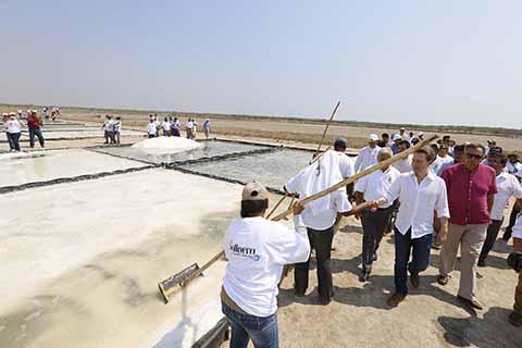 En gira por la Costa, el mandatario estatal inauguró la primera etapa de la Comandancia de Seguridad Pública Municipal, con una inversión de más de 2 millones de pesos; también entregó apoyos a 2 mil 505 adultos mayores.