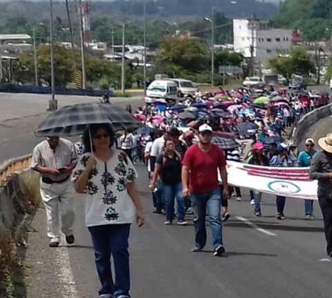 Normalistas y maestros del SNTE realizaron una marcha en protesta por el aumento en el precio de los combustibles y la energía eléctrica, y por la presentación de los 43 normalistas de Ayotzinapa, desaparecidos hace 30 meses.