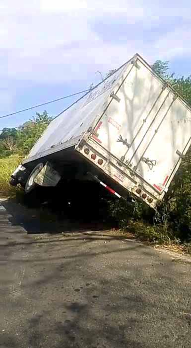 Abandonan Tráiler Volcado en la Carretera Costera