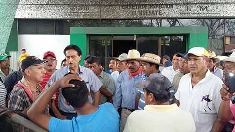 En Huixtla, Huehuetán, Tuzantán y Villa Comaltitlán, habitantes protestaron por la inseguridad, caminos destrozados y el abandono al campo. En Tapachula, estudiantes de la UPN tomaron las instalaciones y retuvieron a docentes y administrativos.