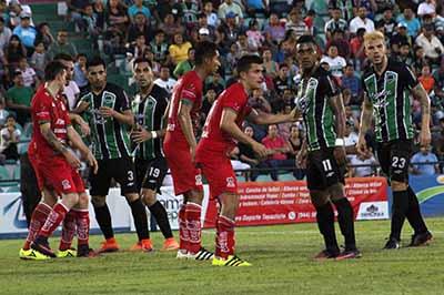 """Ante 10,300 aficionados que abarrotaron el Estadio """"Manuel Velasco Coello""""."""