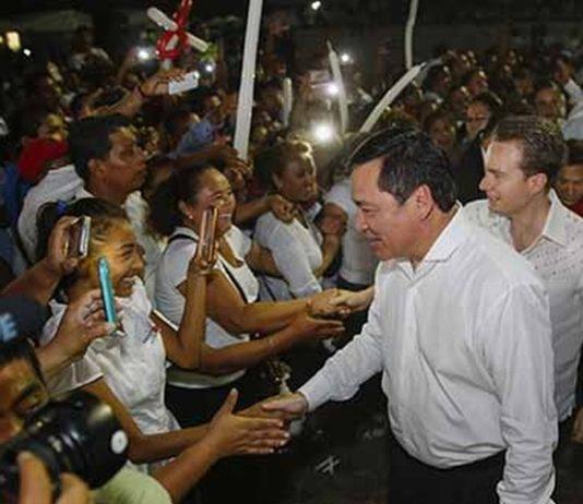 Acompañado del gobernador Manuel Velasco Coello, en gira por Suchiate, el Secretario de Gobernación Miguel Ángel Osorio Chong destacó que el Gobierno de la República trabaja en la atención integral del pueblo chiapaneco.