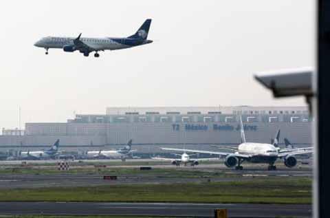 El Senado aprueba sanciones a aerolíneas por retrasos en vuelos.