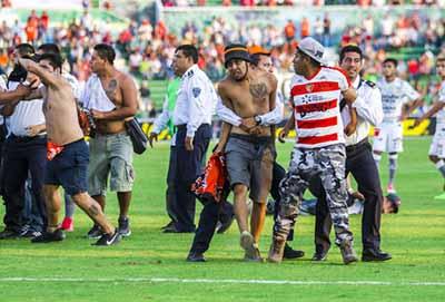 Aficionados Ingresan al Estadio de Jaguares y Lesionan a un Policía