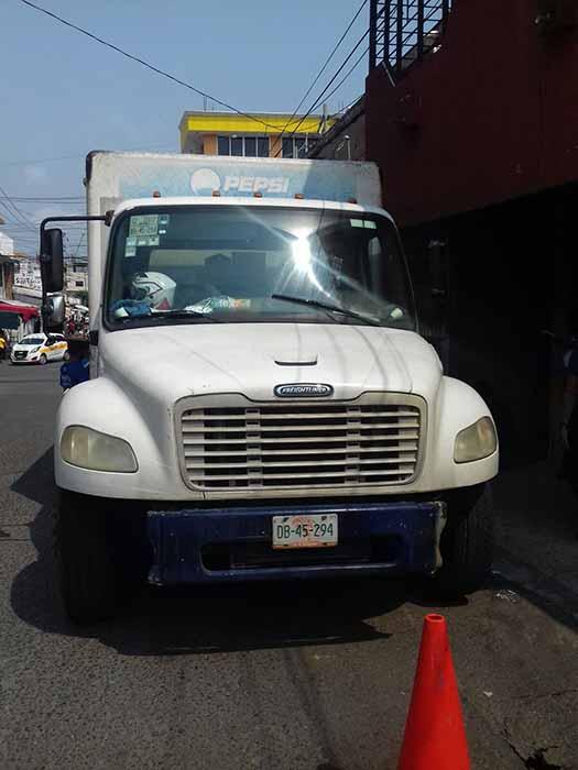 Camión Repartidor Causa Daños a la Calle