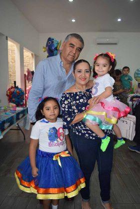 Alejandro Gallegos y Adelita de Gallegos con las cumpleañeras.