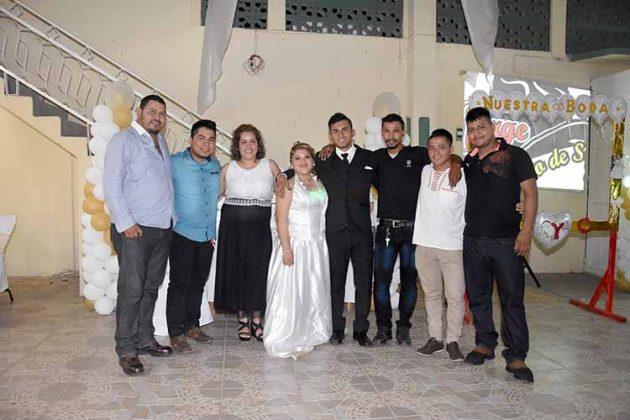 Los recién casados festejando con sus amigos.