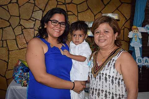 El nuevo católico junto a sus madrinas: Nancy & Laura Arrevillaga.