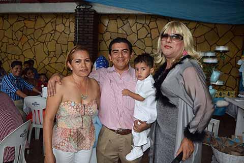 Una gran fiesta se ofreció en honro a Itzae Caleb, aquí junto a sus padres y el imitador que amenizó la celebración.
