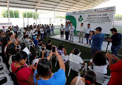 El Gobernador entregó certificados de Primaria y Secundaria en Villaflores y Palenque a quienes realizaron sus estudios a través del ICHEJA.