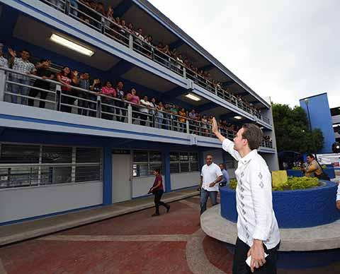 El mandatario estatal inauguró un nuevo edificio en la Escuela de Lenguas, para beneficio de 3 mil alumnos; también entregó escrituras del campus, lo que da certeza jurídica sobre la posesión de los terrenos y edificios de la universidad.