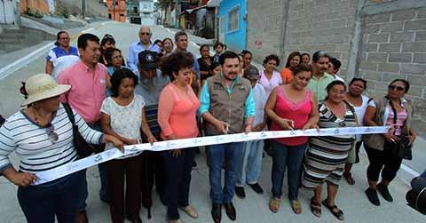 Inaugura Fernando Castellanos más Calles en Albania Alta