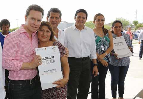El gobernador reconoció a familias tapachultecas, que luego de luchar incansablemente por respaldar sus viviendas, hoy cuentan con un documento que avala la propiedad y les otorga certeza jurídica.